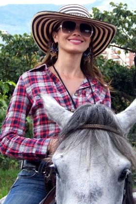 Mujer paisa montando a caballo