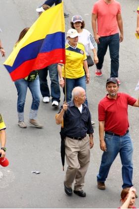 #NoMás - Asistente con bandera de Colombia