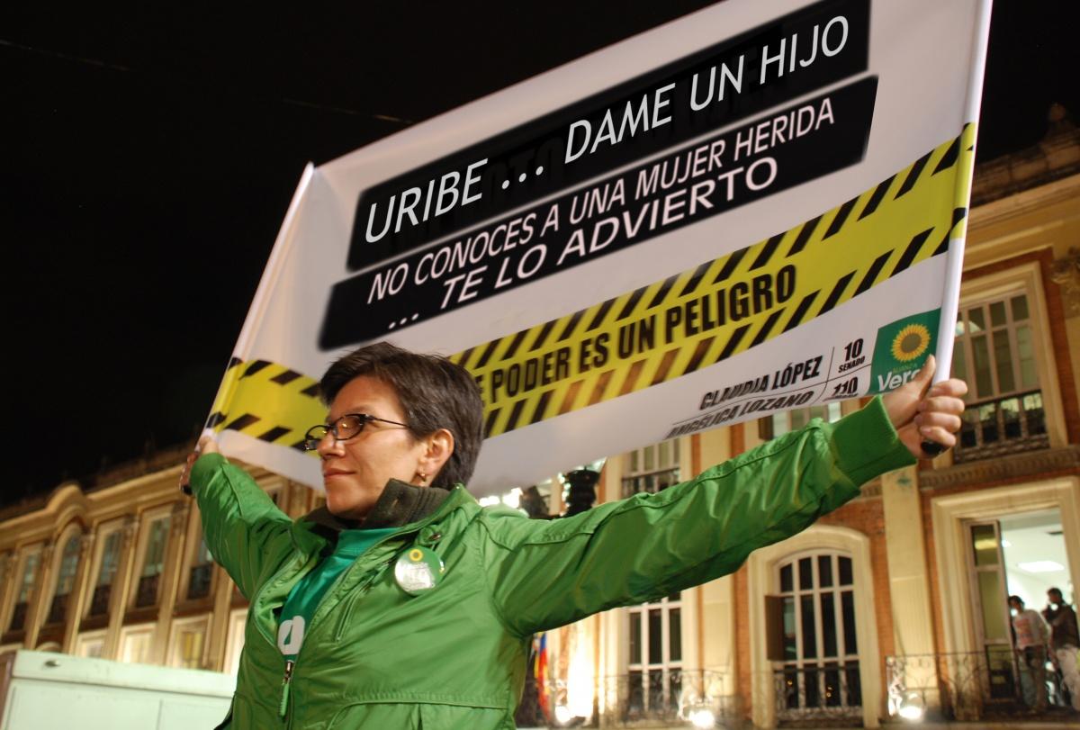 Memes - Claudia López contra Álvaro Uribe